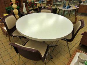 Essgruppe Tisch und 4 Schalenstühle Retro