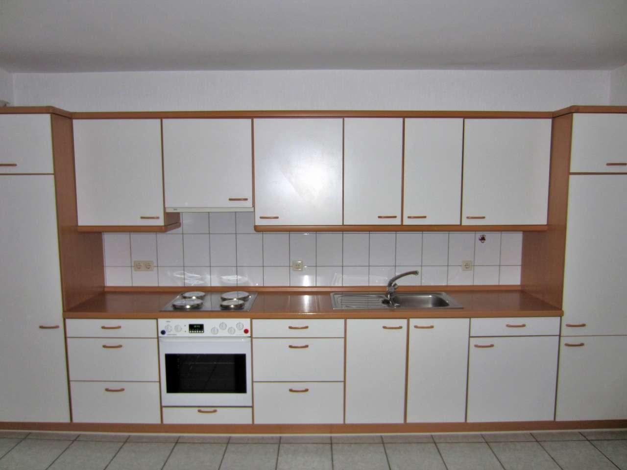 Einbauküche weiss / Buche mit Elektrogeräten