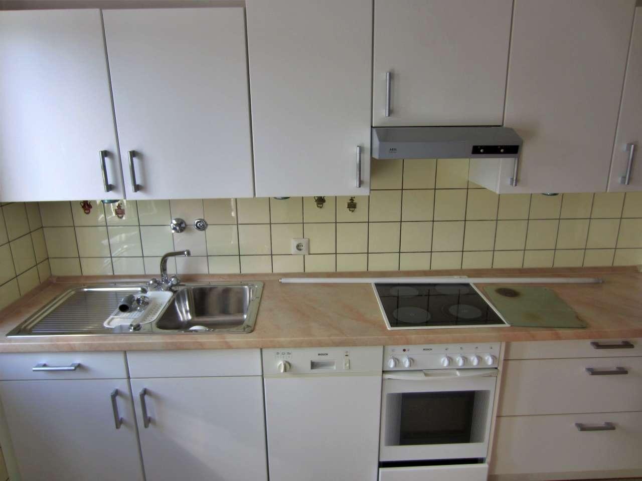 Einbauküche mit Elektrogeräten weiss