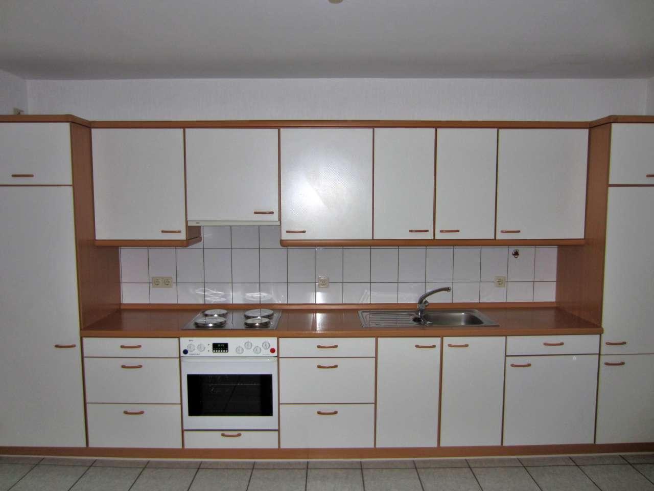 Einbauküche mit Elektrogeräten weiss / buche