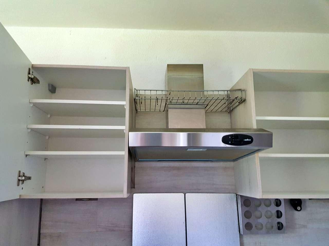 Einbauküche Küche L-Form mit E-Geräten Oberschränke