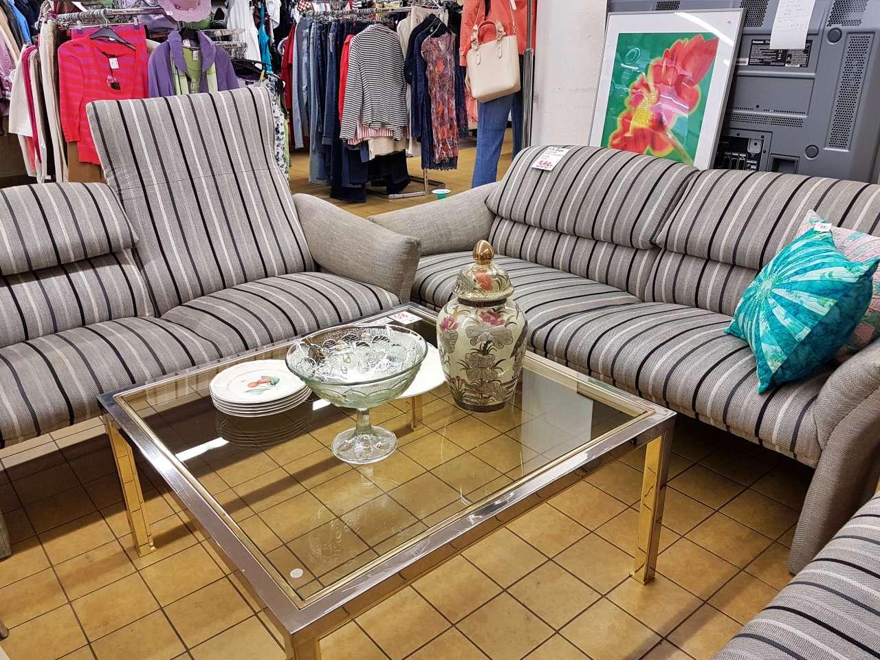Möbel und Einrichtung Sofa Couch grau gestreift