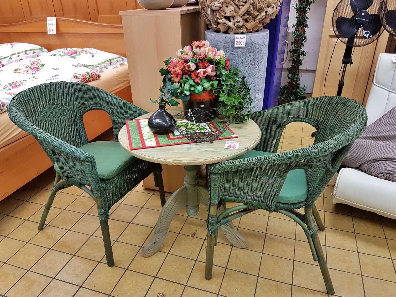 Möbel und Einrichtung Tisch mit Rattan-Sessel